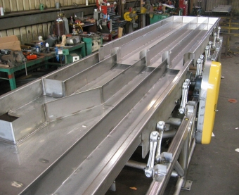 DA distribution conveyor with lanes